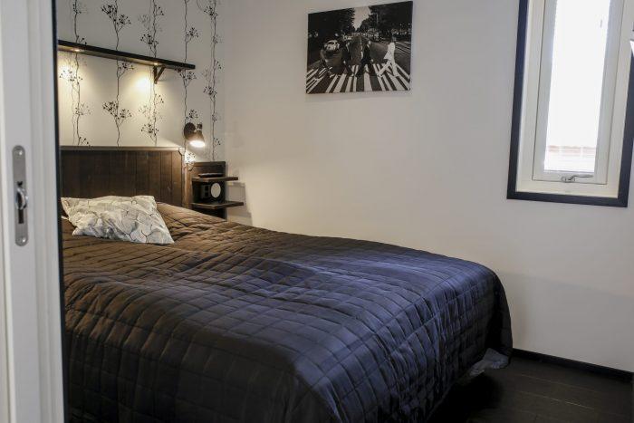 Master bedroom svart/vit stugsvit